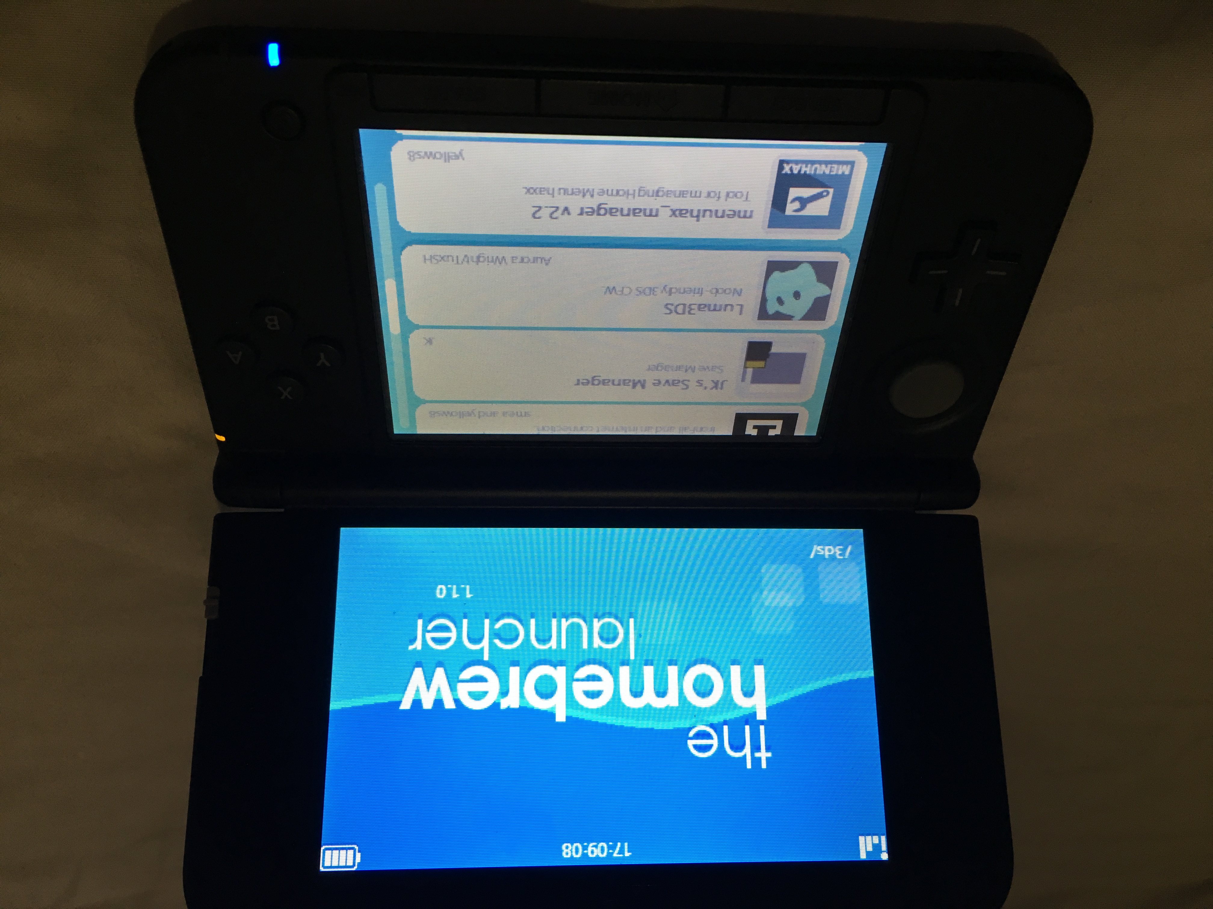 Closed Nintendo 3DS XL, Luma3DS/Homebrew installed